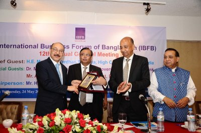 Mr. Md. Omar Shafayat Kausar, Vice President, IBFB handed over the crest to the Chief Guest H.E. Harsh Vardhan Shringla, High Commissioner of India to Bangladesh, in the Annual General Meeting (AGM) of IBFB